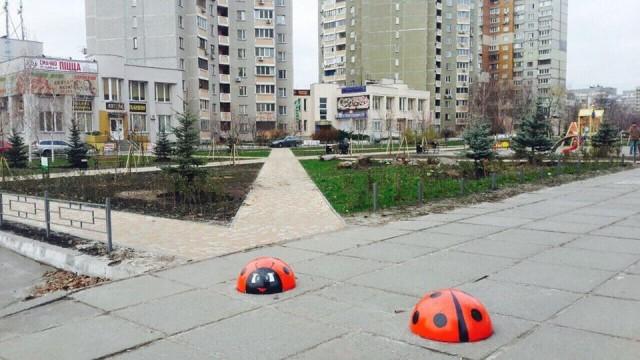 """Активисты разрисовали """"антипарковочные"""" полусферы"""