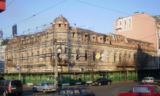 Здание обнесли забором и доводят до состояния руины