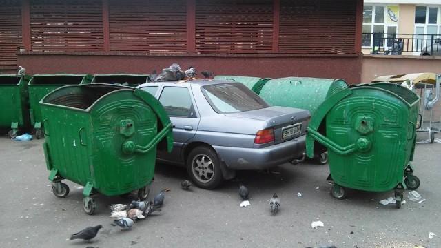 Оставленное авто перекрыло дорогу во дворе