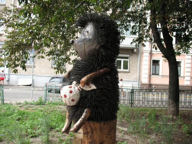 Ежик уже почти шесть лет стоит напротив памятника пограничнику на лошадке