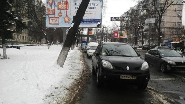 Несколько машин сразу припарковались на тротуаре