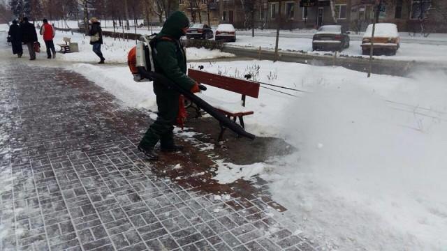 В трех районах Киева для уборки снега коммунальщики используют специально переоборудованную технику