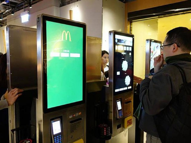 С помощью сенсорных экранов, ранее протестированных в ресторанах сети в Австралии, можно собрать себе сэндвич и салат. Фото здесь и далее: Hong Kong Navi
