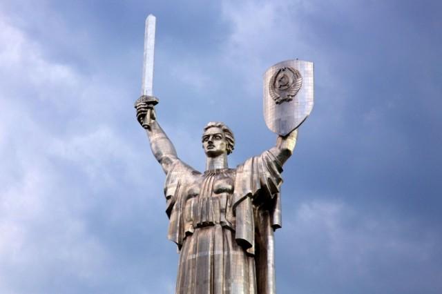 С монумента уберут герб СССР