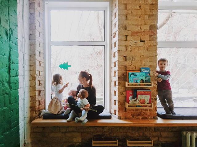 Коворкинг делится на две комнаты, в одной из которых в тишине может посидеть родитель, а в другой играют дети