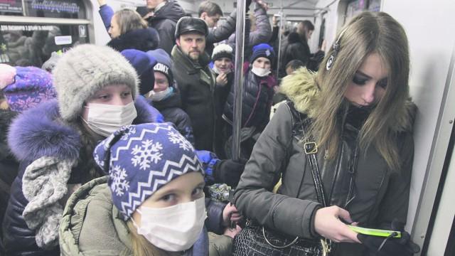Активисты в масках кашляли и чихали в вагоне