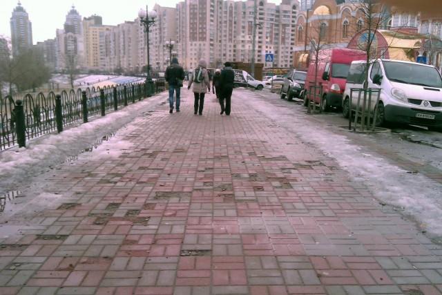На пешеходной части – огромные выбоины
