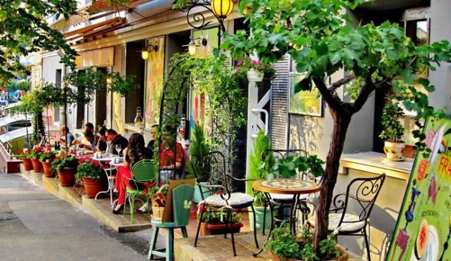 Кафе и рестораны регулярно загораживают своими площадками тротуар