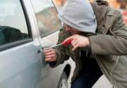 """Украинские """"автоворы"""" применяют новый способ грабежа из машин (ВИДЕО)"""