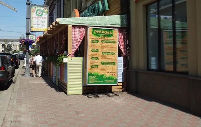 Конструкции летних площадок, которые мешают пешеходам, обещают убирать