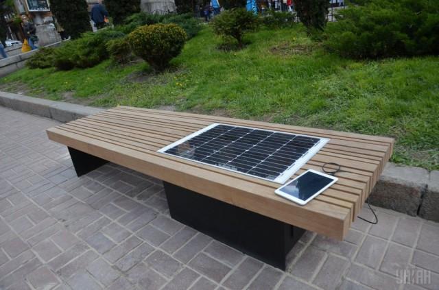 В Киеве 22 апреля 2016 года установили первую лавочку со встроенной солнечной батареей