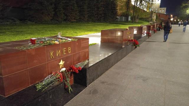 Букет возложил спецкор сайта «Медуза» Илья Жегулев