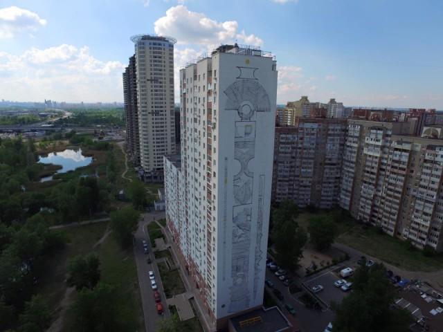 Высота здания, на котором расположен мурал, - 26 этажей
