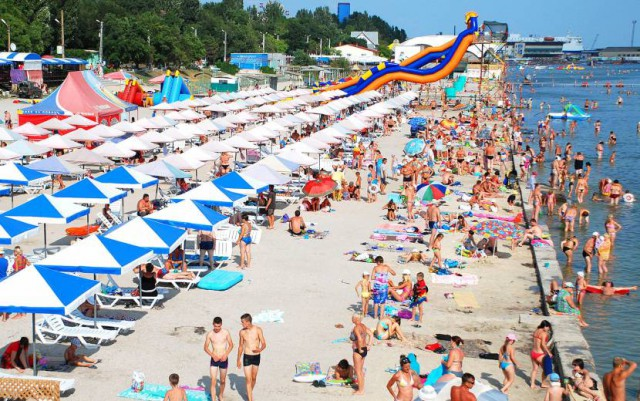 На пляжах Скадовська вимагають оплату за місце під сонцем
