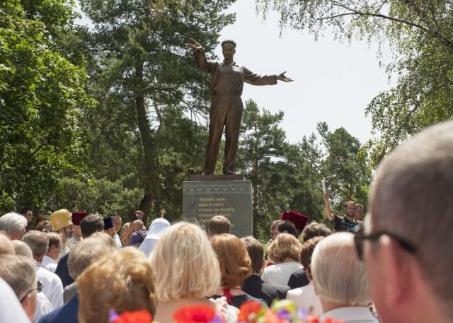 В столичном парке Днепровского района появилась скульптурная композиция, посвященная Андрею Малышко