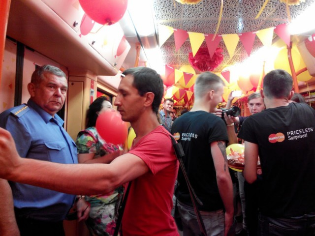 На годовщину запуска бесконтактных платежей Киевский метрополитен пустил праздничный поезд со станции «Сырец»