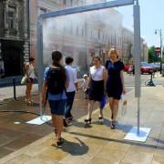 В Польше посреди улицы установили душ для прохожих (ФОТО)