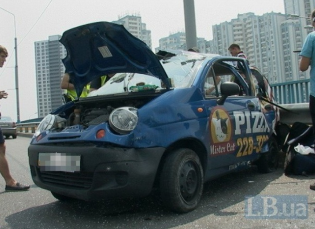 Микроавтобус мощно протаранил легковушку на автомобильном мосту