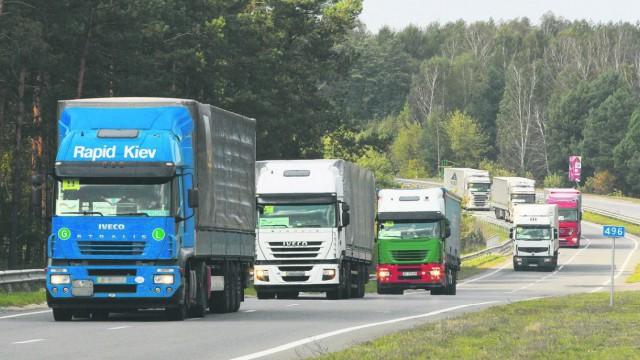 Перегруженные автомобили каждый год наносят убытков дорогам столицы на 2 млрд, отметил замминистра инфраструктуры