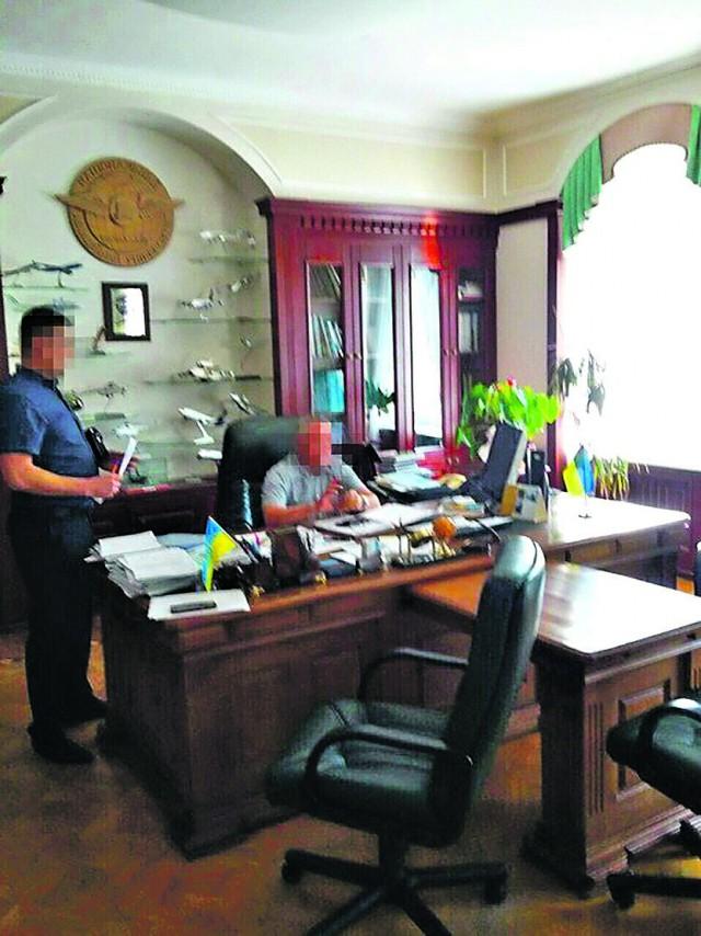 На горячем. Ректора задержали в рабочем кабинете. Фото: ssu.gov.ua