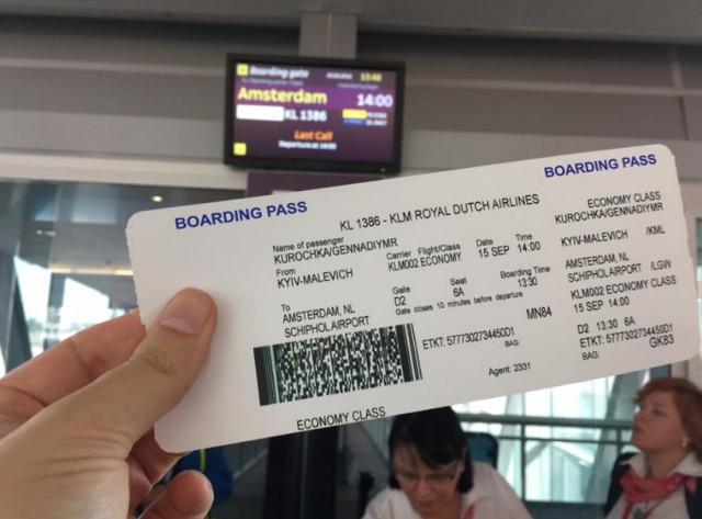 """Г. Курочка сделал фото своего билета, который дает право лететь с аэропорта """"Борисполь"""" в Амстердам"""
