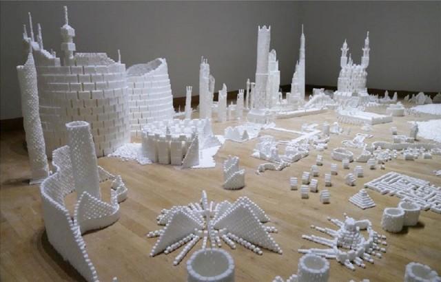 В помещении культурного фонда «Изоляция» состоялось открытие интерактивной скульптурной инсталляции «Сахарная демократия»