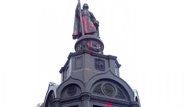 Сегодня вандалы разрисовали красной краской памятник князю Владимиру на Владимирской горке