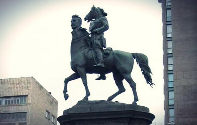 Демонтировать памятник уже неоднократно пытались националисты
