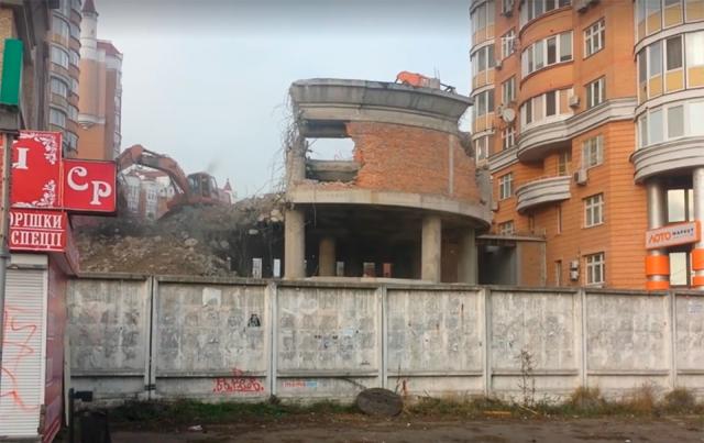 Здание стоит заброшенным уже более 10 лет