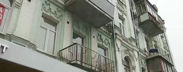 В КГГА обещают бороться с пластиковыми балконами на исторических зданиях