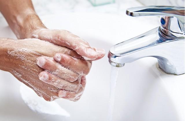 Не варто мити руки по 20 разів на день, але переконайтеся, що ви буваєте біля раковини досить часто.
