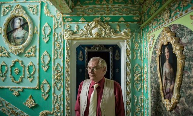 Владимир Чайка украсил свою лестничную клетку лепниной и позолотой