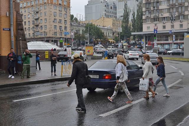 Киевляне постоянно перебегают дорогу в этом месте