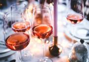 Вечер пятницы просто необходимо провести в компании друзей с бокалом любимого вина
