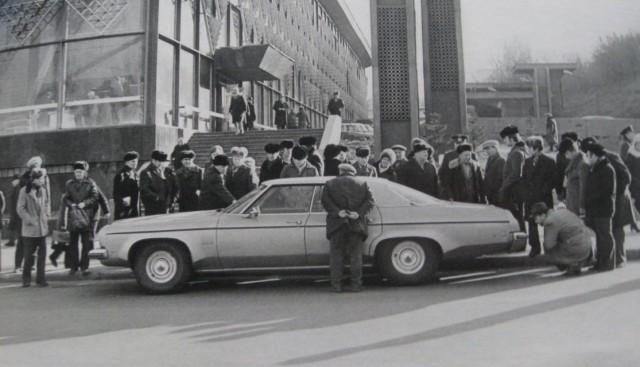 1980-е годы. Житний рынок. Иномарка. (Фото: oldkiev.ho.ua)