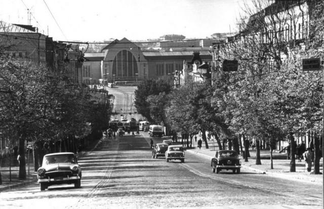 1965 год. Улица Коминтерна. Железнодорожный вокзал. (Фото: oldkiev.ho.ua)