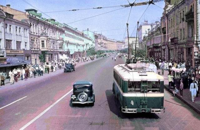 1937 год. Крещатик. Одна из немногих цветных фотографий того времени. (Фото: oldkiev.ho.ua)