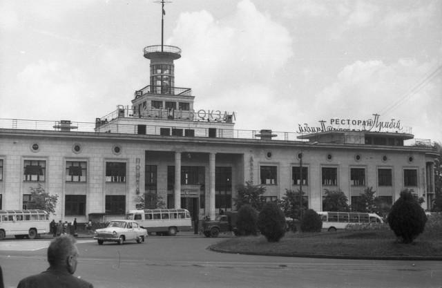 """Речной вокзал и ресторан """"Прибой"""", 1970-е годы. (Фото: oldkiev.ho.ua)"""