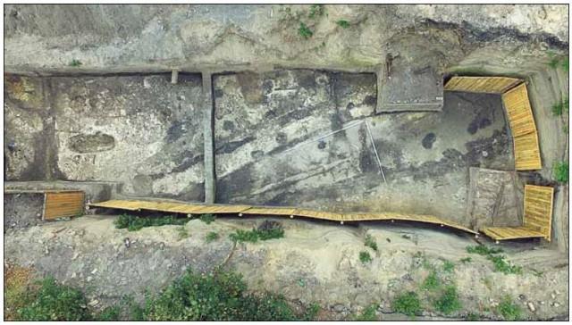 Раскопки на Кирилловской. Ученые нашли на Подоле несколько древних строений, византийские монеты и части одежды