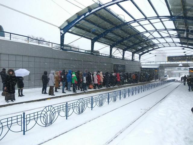 """В снежном плену. Сотни людей ждали скоростного трамвая на остановке """"Гната Юры"""", чтобы уехать в сторону вокзала. Фото: А. Мокиенко"""