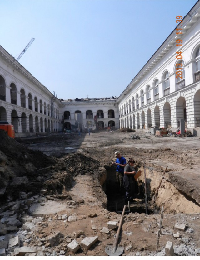 Раскопки во дворе в 2013 году. Фото: resource.history.org.ua