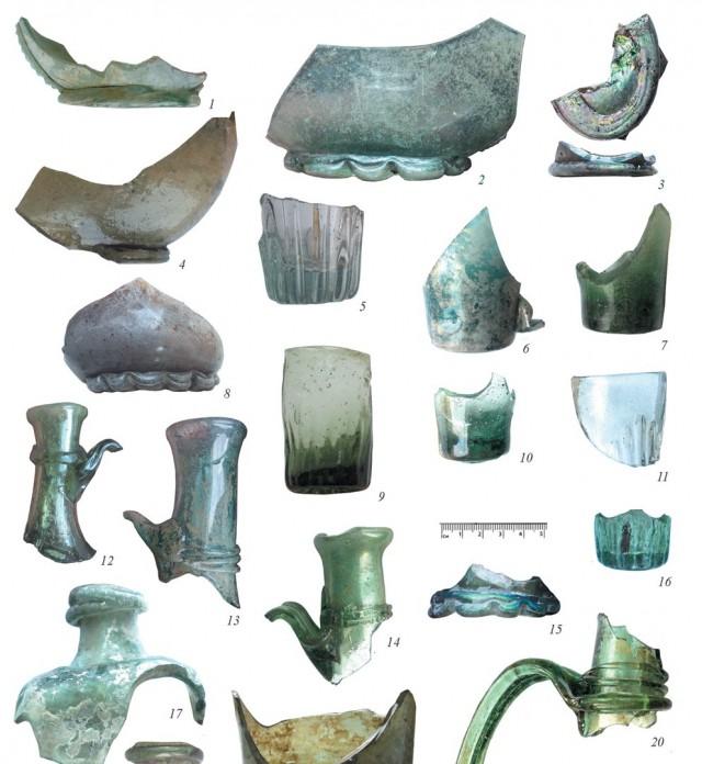 Фрагменты посуды из стекла. Фото: resource.history.org.ua