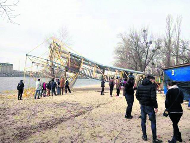 Демонтировали. 12-метровую вышку на Трухановом повалили. Фото: facebook.com/skypark