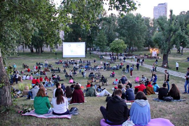 """Парк """"Наталка"""". Киевляне и местные жители приходят посмотреть под открытым небом зарубежные киноленты. Фото: Park Cinema Kiev"""