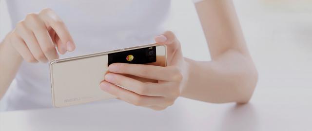 Зачем: Meizu выпустила смартфоны с мини-дисплеем на задней панели