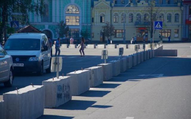 Фото: бетонные блоки на Контрактовой площади заменят на металлические столбцы с подсветкой (Online.ua)