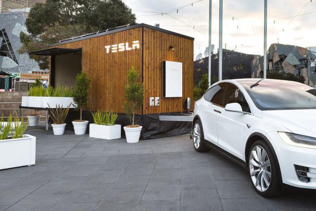 Tesla показала передвижную модель дома будущего