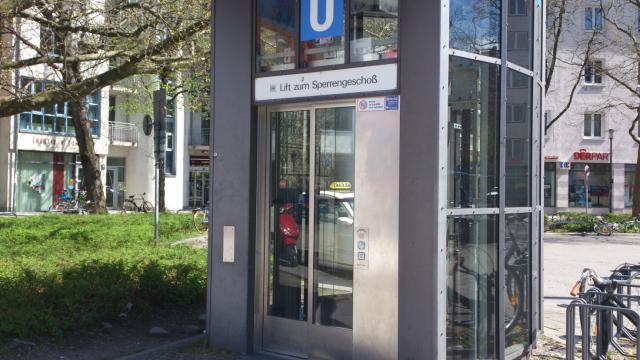 Мюнхенский метрополитен. Лифт в промежуточный вестибюль станции