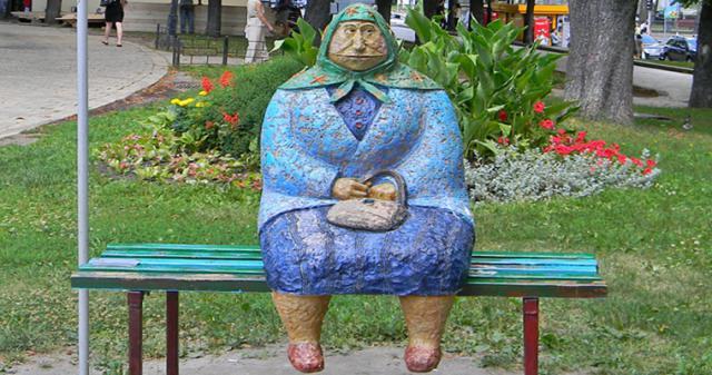 Памятник «Бабушка классическая»