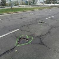 Креативная акция: на одной из улиц Киева украсили ямы на проезжей части (ФОТО)